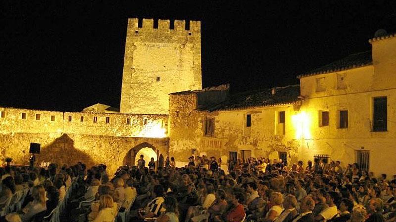 cine-al-aire-libre-en-el-castillo-de-bunol-valencia-espana